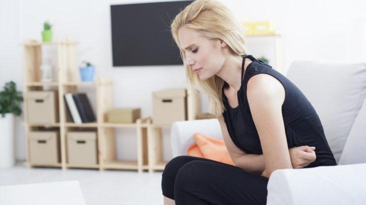 Colopathie: une femme se tient le ventre