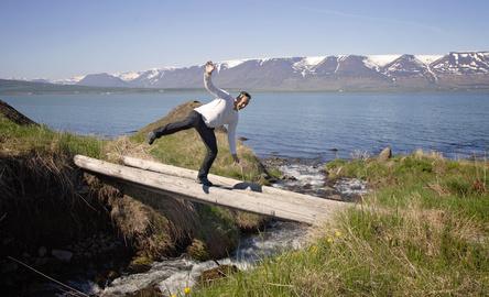 Bien dans mon corps: un homme en equilibre sur un pont