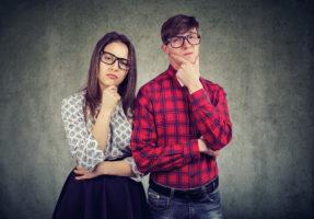 2 personnes qui sont sceptiques devant le traitement des hémorroïdes